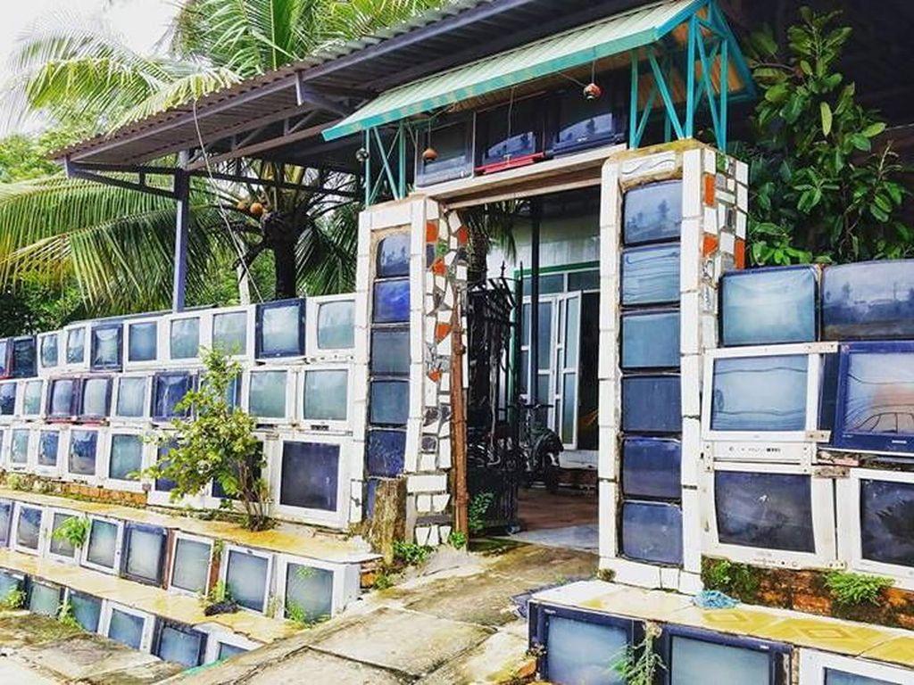 Jangan Heran, Pagar Rumah Ini Dibuat dari Tumpukan TV Bekas