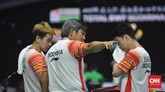 Herry IP memberi instruksi kepada Kevin/Marcus. Ganda putra nomor satu dunia itu menang 21-9 dan 21-18 dan membawa Indonesia memimpin 1-0. (CNN Indonesia/Putra Permata Tegar Idaman)