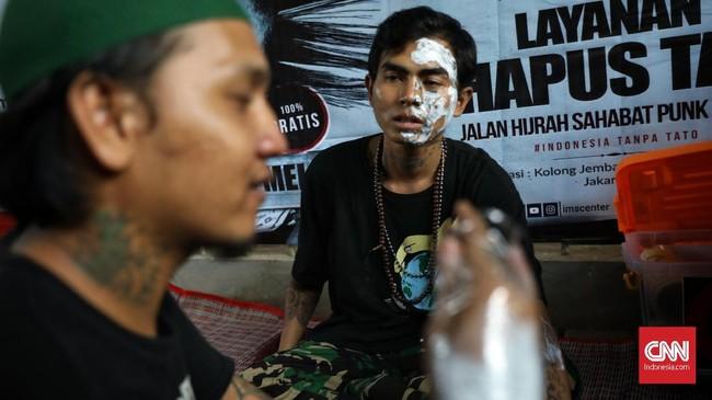 Bima Abdul Saleh merupakan salah satu anak punk ang hijrah dengan belajar agama di kolong Tebet tersebut. (CNN Indonesia/Adhi Wicaksono)
