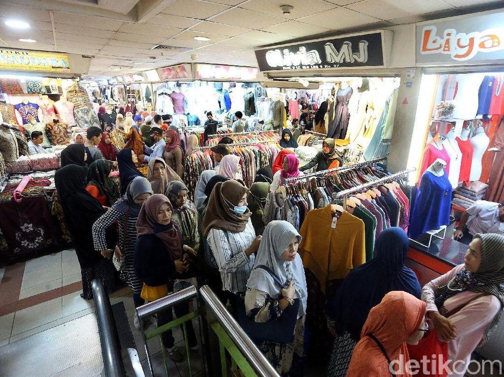 Kios-kios di Pasar Tanah Abang tampak ramai oleh warga yang akan membeli kebutuhan lebaran.
