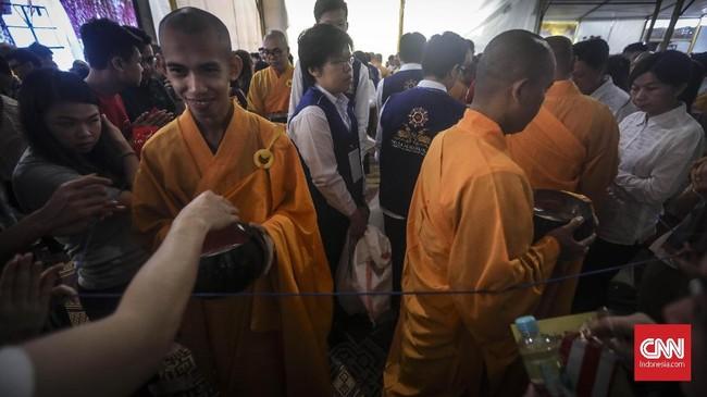 Sejumlah biksu melaksanakan prosesi Pindapata atau mengumpulkan sumbangan dari umat di Wihara Ekayana Arama. Prosesi Pindapata merupakan rangkaian dari perayaan Tri Suci Waisak 2563BE/2019. (CNN Indonesia/ Hesti Rika)