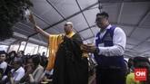 Sebelum ibadah berakhir, para Biksu memercikan air suci kepada umat. (CNN Indonesia/ Hesti Rika)