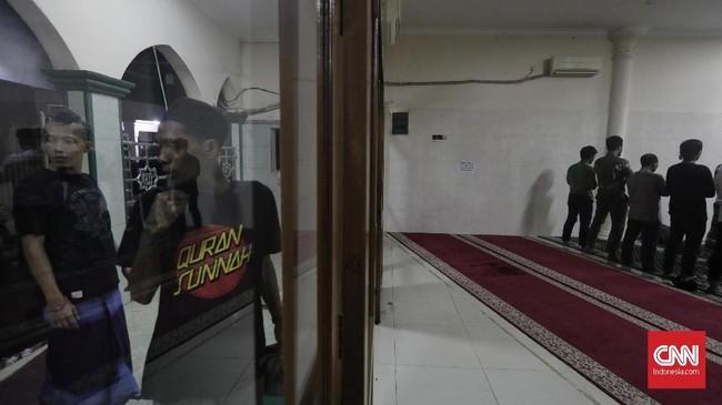 Tak sedikit 'anak punk' yang mulai hijrah dan beribadah di masjid Tebet ini. (CNN Indonesia/Adhi Wicaksono)