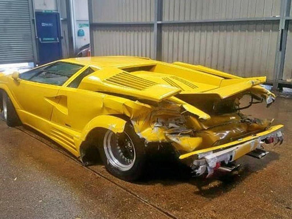 Lamborghini Countach berwarna kuning produksi tahun 1988 itu saat ini berada di Inggris. Foto: Istimewa