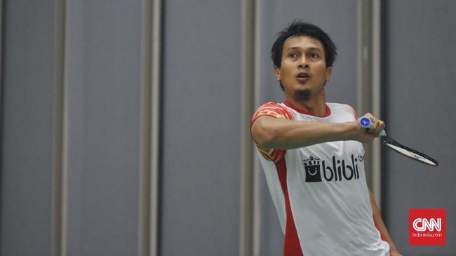 Mohammad Ahsan tengah melakukan pukulan backhand dalam sesi latihan. Ahsan yang berpasangan dengan Hendra Setiawan tidak bermain di hari pertama melawan Inggris. (CNNIndonesia/Putra Permata Tegar Idaman)