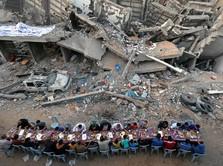 Kisah Pilu Warga Gaza, Berbuka Puasa di Antara Puing Bangunan