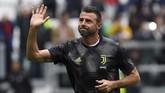 Andrea Barzagli menjalani pemanasan jelang Juventus vs Atalanta. Barzagli memutuskan pensiun setelah 21 tahun berkarier sebagai pesepakbola profesional. (REUTERS/Massimo Pinca)