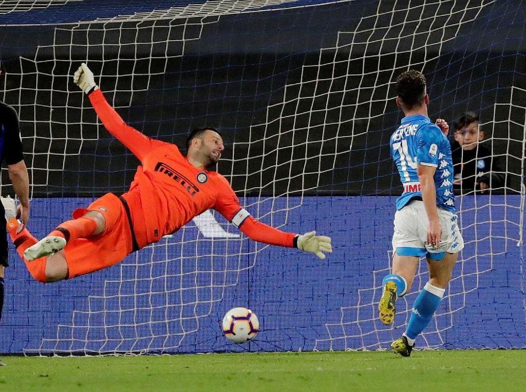 Napoli menggandakan keunggulan di menit ke-61, memaksimalkan kelengahan pertahanan Inter. Mertens menyelinap di antara para bek dan menyundul umpan silang Callejon dari kanan. Reuters/Ciro De Luca.