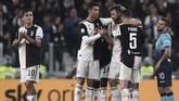 Andrea Barzagli mendapat ucapan selamat dari Cristiano Ronaldo dan Miralem Pjanic dalam perjalanan menuju pinggir lapangan saat diganti. (Isabella BONOTTO / AFP)