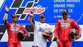 Dua pebalap Ducati, Andrea Dovizioso (kiri) dan Danilo Petrucci mengapit Marc Marquez di podium. (REUTERS/Gonzalo Fuentes)