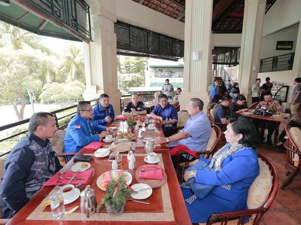 Pada Desember 2018 lalu, Ferdinand mengunggah momen santap siang bersama Ketum Partai Demoktrat Susilo Bambang Yudhoyono dan sang istri Ani Yudhoyono hingga anggota PD lain seperti Dede Yusuf. Meski santapan mereka belum terhidang, ada secangkir teh juga buah potong di sana. Foto: Twitter Ferdinand Hutahaean