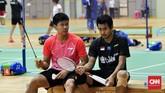 Pebulutangkis ganda campuran Praveen Jordan dan Tontowi Ahmad tengah berdiskusi di sela latihan diGuangxi Sports Center, Senin (20/5). (CNNIndonesia/Putra Permata Tegar Idaman)
