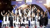 Para pemain Juventus merayakan gelar Liga Italia ke-35 yang diraih musim ini yang berhasil dipastikan saat mengalahkan Atalanta 2-1 pada pekan ke-33 di Stadion Allianz, 20 April 2019. (REUTERS/Massimo Pinca)