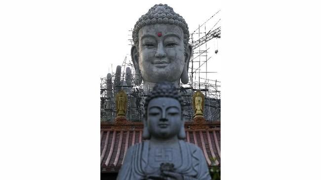 Tidak jauh dari patung ini, terdapat juga patung Buddha yang terbuat dari perunggu.
