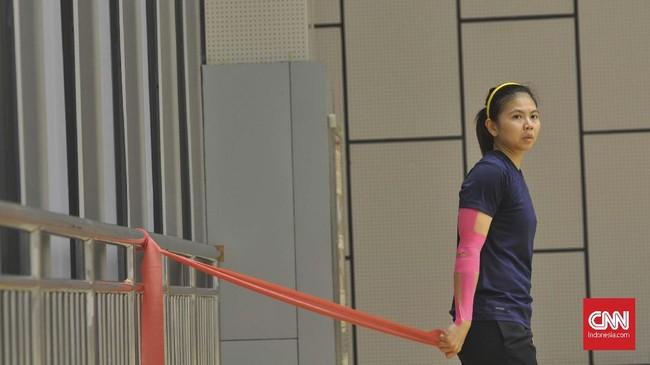 Greysia Polii tengah melakukan latihan tangan. Greysia yang berpasangan dengan Apriyani Rahayu membantu Indonesia menang 4-1 atas Inggris dengan mengalahkanChloe Birch/Lauren Smith. (CNNIndonesia/Putra Permata Tegar Idaman)