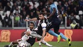 Andrea Barzagli (tengah) berusaha merebut bola dari kaki penyerang Atalanta Duvan Zapata. Barzagli bermain 61 menit di laga ini. (Marco Bertorello / AFP)