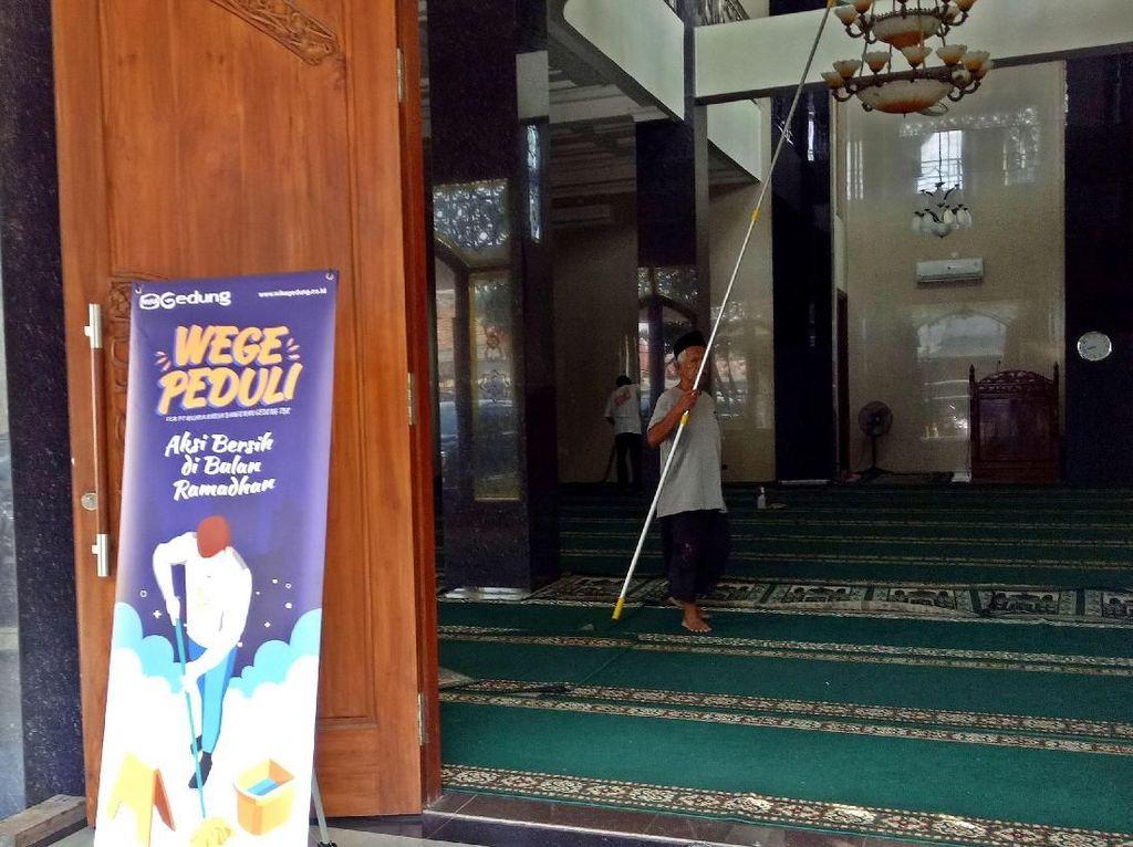 Aksi bersih-bersih masjid ini meruakan yang berbeda dan pertama kalinya digelar pada bulan suci Ramadhan kali ini. Kegiatan itu pun dilakukan di Masjid Jami Al Muqorrobin Cipinang Bali Jakarta Timur. Foto: dok. WEGE