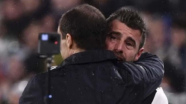 Andrea Barzagli menangis dalam pelukan pelatih Juventus Massimiliano Allegri. Barzagli bersama Leonardo Bonucci dan Giorgio Chiellini pernah menjadi salah satu lini belakang terhebat di Eropa dengan sebutan Trio BBC. (Marco Bertorello / AFP)