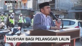 VIDEO: Tausyiah Bagi Pelanggar Lalu Lintas