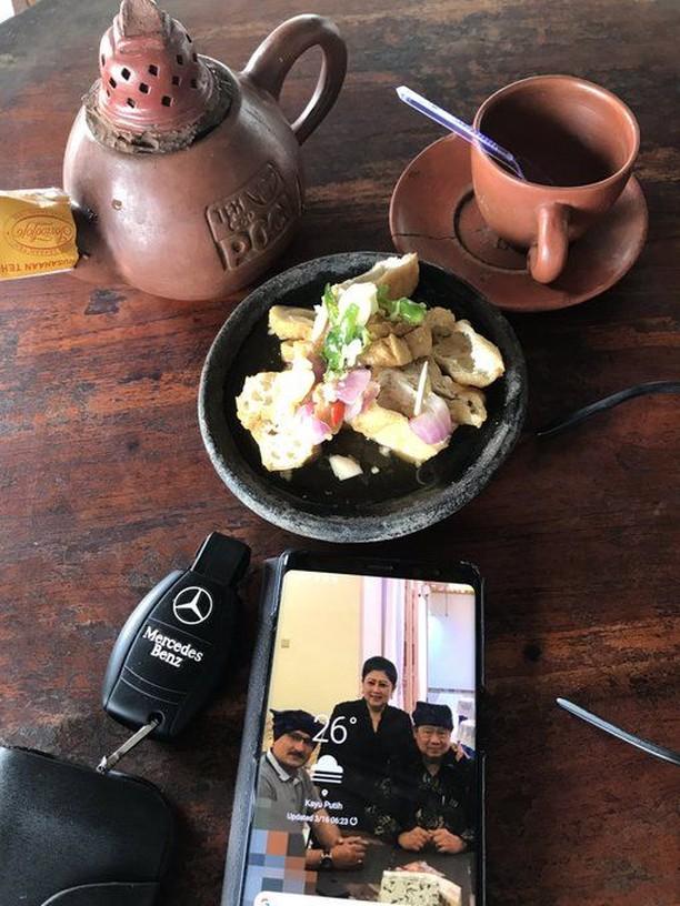 Ngopi Bareng Andi Arief hingga Ngemil Tahu, Kulineran Ferdinand Hutahaean
