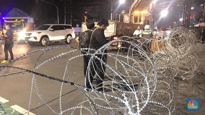 KPU dikabarkan akan merampungkan rekapitulasi perhitungan suara. Situasi depan KPU mulai diperketat, blokade kawat berduri dipasang dan polisi bersenjata siaga.