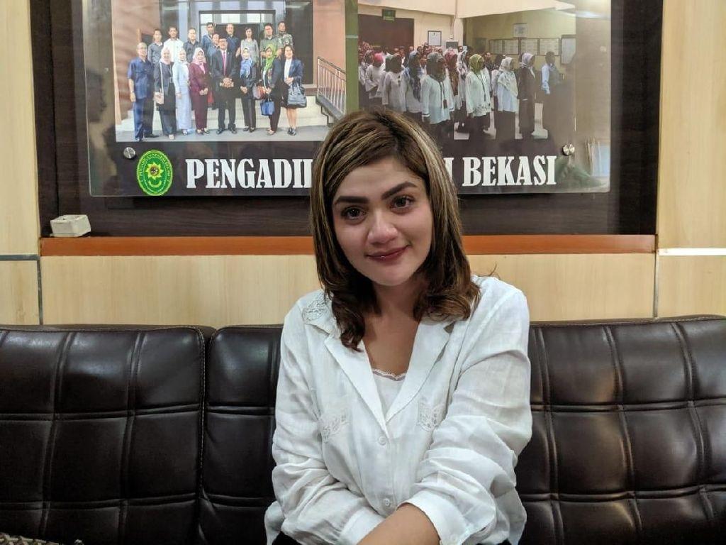 Tangis Hilda Vitria Pecah Usai Jadi Saksi di Persidangan Kris Hatta