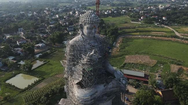 Patung ini terletak di kawasan yang eksotis untuk dipandang mata.