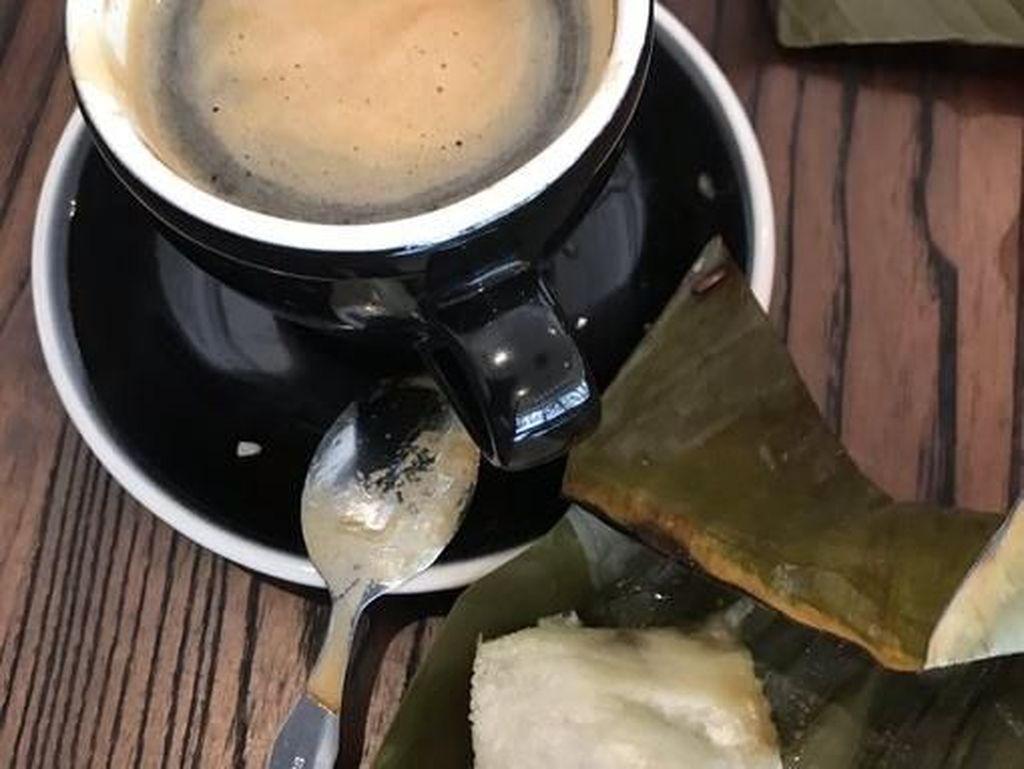 Lagi-lagi Ferdinand memilih kopi hitam nan kental. Namun kali ini ia menyandingkannya dengan kue tradisional berlapis daun pisang. Ferdinand menyebut bahwa kue ini bernama Lappet dan berasal dari kampung halamannya. Foto: Twitter Ferdinand Hutahaean