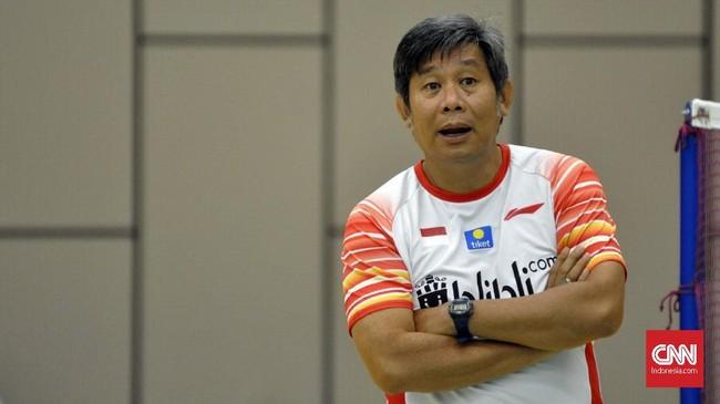 Pelatih ganda putra, Herry IP tengah memantau latihan ganda putra. Ganda putra menjadi salah satu andalan Indonesia di Piala Sudirman 2019.
