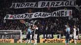 Suporter membentangkan spanduk bertuliskan