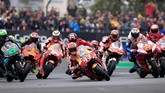 Marc Marquez yang memimpin start mengawali balapan MotoGP Prancis 2019 di tengah kejaran para rival. (REUTERS/Gonzalo Fuentes)