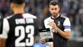 Andrea Barzagli yang sudah 38 tahun mendapat upacara perpisahan sebelum kickoff Juventus vs Atalanta. Gianluigi Buffon menjadi salah satu pemain yang hadir memberikan guard of honour untuk Barzagli. (REUTERS/Massimo Pinca)