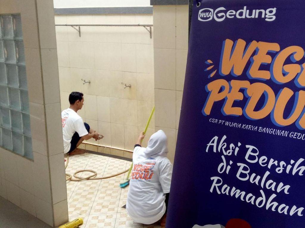Aksi Bersih-bersih Masjid di Bulan Suci