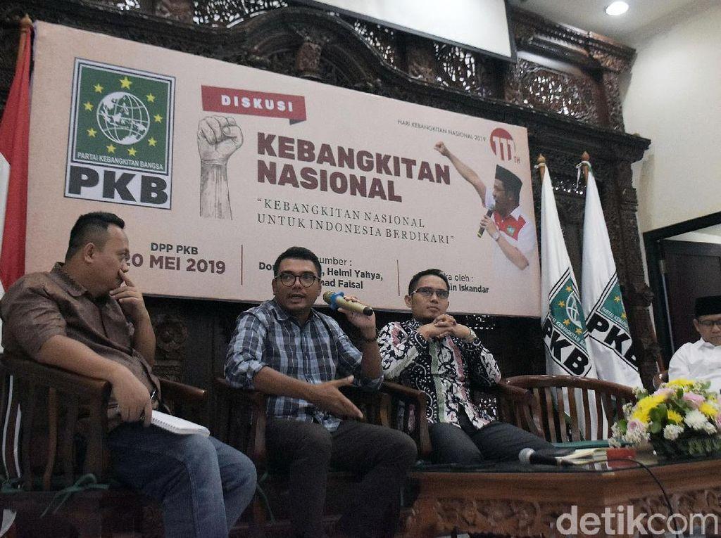 Ketum DPP PKB Muhaimin Iskandar bersama para pembicara, Akademisi Doni Gahral, Direktur TVRI Helmi Yahya dan Direktur CORE Indonesia M Faisal pada acara Diskusi Nasional di kantor DPP PKB, Jakarta, Senin (20/5/2019).