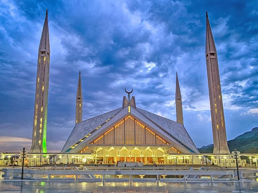 Masjid Faisal yang berdiri di Islamabad, Pakistan mulai dibangun pada tahun 1976. Meski begitu, rencana pembangunan masjid ini telah mulai dibahas sejak tahun 1966. Dok. WIkipedia/Thealimir.