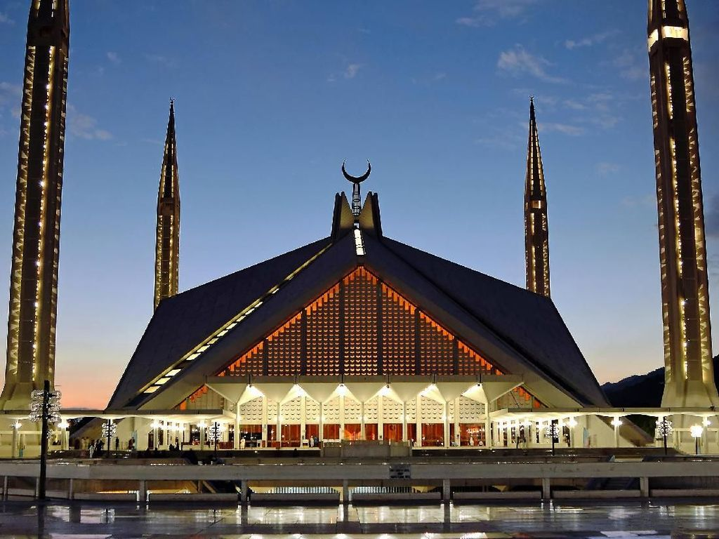 Penamaan masjid ini tentu tak lepas dari peran penting Raja Faisal dalam perencanaan dan pendanaan masjid nasional dan kebanggaan warga Pakistan ini. Oleh karena itu masjid dengan arsitektur unik ini dinamai sesuai dengan sang raja, yaitu Masjid Faisal. Dok. Wikipedia/Ali Mujtaba.