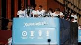 Para pemain Manchester City menggunakan bus terbuka untuk parade sekaligus memamerkan empat trofi domestik yang berhasil mereka raih pada musim 2018/2019. (Action Images via Reuters/Carl Recine)