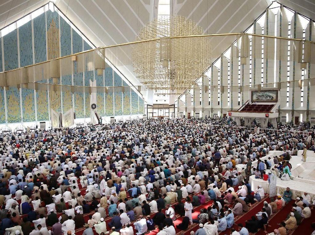Masjid yang dibangun di atas lahan seluas 5 ribu meter persegi ini mampu menampung hingga 274 ribu jemaah yang terbagi dengan 10 ribu jemaah di dalam ruang salat, 24 ribu jemaah di portico, 40 ribu jemaah di halaman, dan 200 ribu dalam halamannya. Saiyna Bashir/Reuters.