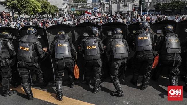 Bukan hanya di depan gedung Bawaslu, polisi pun menjaga massa agar tak keluar dari zona yang diperbolehkan melakukan aksi. Pengamanan pun dilakukan di gedung-gedung sekitar Bawaslu RI.(CNN Indonesia/Safir Makki)
