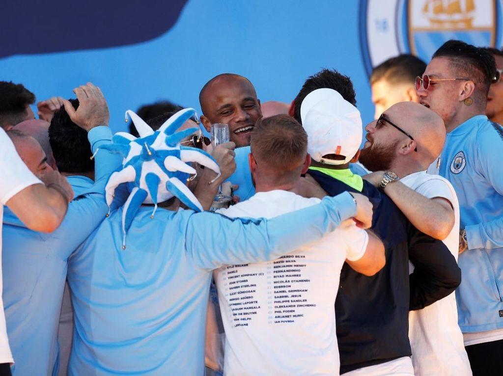 Pelukan hangat pun diberikan oleh para pemain City untuk Kompany. (Foto: Lee Smith/Action Images via Reuters)
