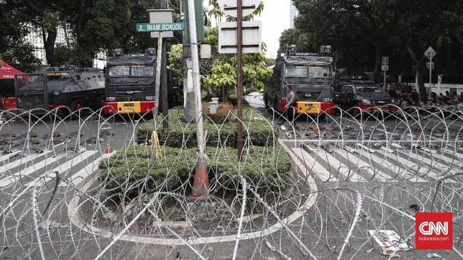 Kawasan kantor KPU ditutup dan dijaga ketat pihak kepolisian dan TNI, Jakarta, Selasa, 21 Mei 2019. KPU telah mengumumkan pasangan Joko Widodo-Ma'ruf Amin sebagai peraih suara terbanyak di Pilpres 2019. CNNIndonesia/Safir Makki
