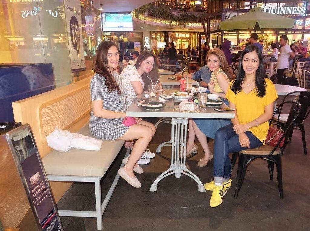 Selain sama keluarga, Alessia juga kerap habiskan waktu bersama teman-temannya. Salah satu agendanya adalah makan bareng hihihi. Foto: Instagram alessia89cestaro