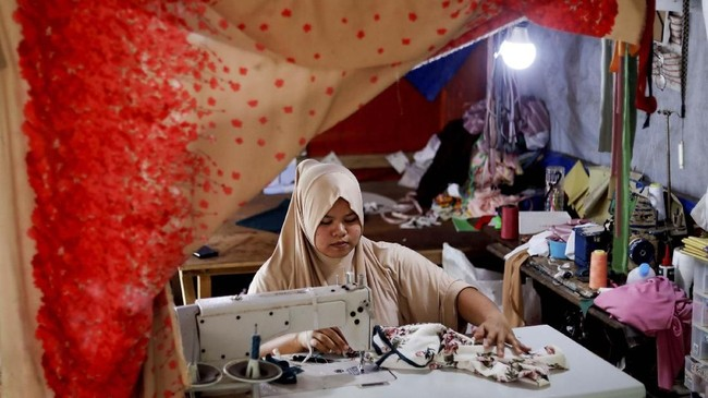 Sebagian penduduk Marawi mendapat bantuan dari pemerintah untuk memperbaiki tempat tinggal mereka, atau membuka usaha. Salah satunya Asnia Muloc Sandiman (25) yang mendapat mesin jahit. (REUTERS/Eloisa Lopez)