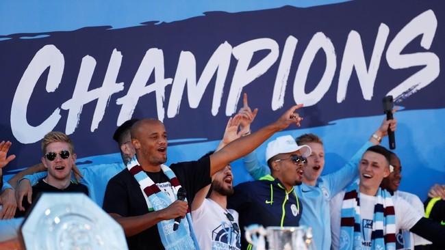 Para pemain Manchester City berada di panggung bersama seluruh trofi. (Action Images via Reuters/Lee Smith)