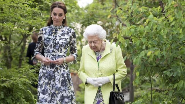 Dalam acara pembukaan Chelsea Flower Show, Kate Middleton menjadi tuan rumahnya dan mengantar Ratu Elizabeth II untuk melihat-lihat taman. (Geoff Pugh/Pool via REUTERS)