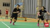 Greysia Polii/Apriyani Rahayu tengah bermain dalam game 2 vs 3. Dalam sesi latihan Selasa (21/5), para pemain Indonesia ditempa program permainan. (CNN Indonesia / Putra Permata Tegar Idaman)