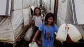 Para penduduk Marawi di pengungsian terpaksa berjalan jauh mencari sumber air bersih. (REUTERS/Eloisa Lopez)