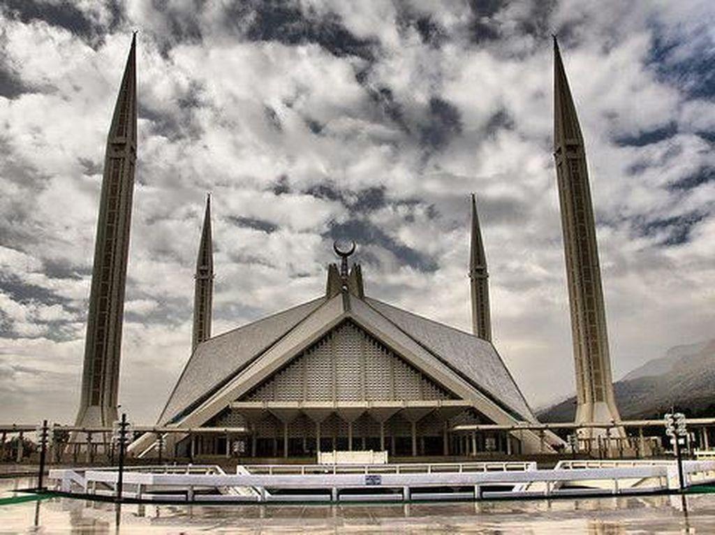 Dengan berbagai keunikan dan kemegahan yang dimiliki masjid ini tak heran Masjid Faisal didapuk sebagai salah satu masjid terindah, terunik, dan terbesar di dunia. Dok. www.atlasobscura.com.