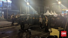 Gas Air Mata Polisi Dibalas Lemparan Batu Massa Aksi Bawaslu