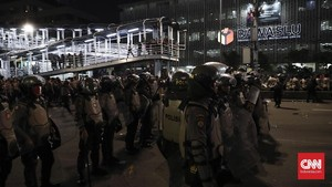 Polisi Bubarkan Massa Aksi yang Kembali ke Depan Bawaslu